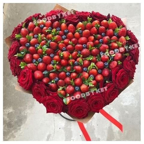 Букет клубника с розами