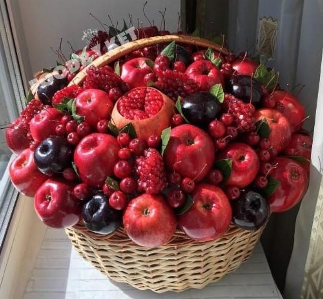 Купить корзину с фруктами и цветами